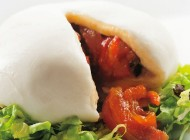 Sfera bianca con ripieno rosso – Gefüllter Mozzarella mit Endiviensalat