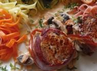 Schweinefilet mit Parmaschinken Tagliatelle Nido 6 Colori und Champignonsauce