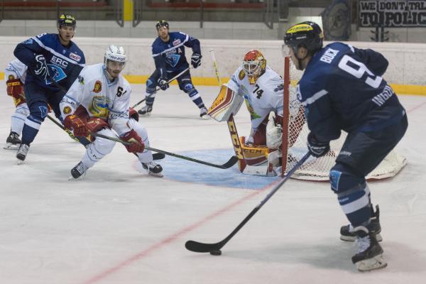 Eishockey, Vinschgau-Cup 2016, ERC Ingolstadt - SCL Tigers Langnau Im Bild Brandon BUCK (ERC Ingolstadt, 9) sucht in der Mitte einen Teamkollegen Foto: mfipics.de, Bürgermeister-Funk-Str. 20, 85399 Hallbergmoos - Tel +49 (0)172 890 91 05 - mail@mfipics.de - www.mfipics.de - Veröffentlichung nur mit Urheberangabe gegen Honorar gestattet und Belegexemplar erbeten *** Foto nur für redaktionelle Verwendung - no model release!